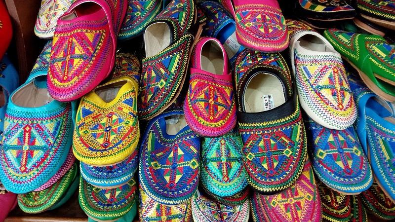 Babouches ou sandales ?
